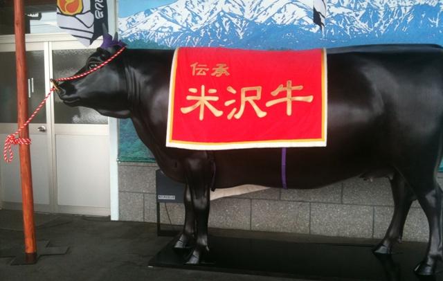 米沢駅に米沢牛の置物