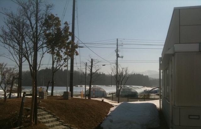 雪が消えてきた会社の外