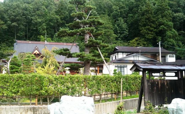 瑞岩寺の門の左から見てみた。