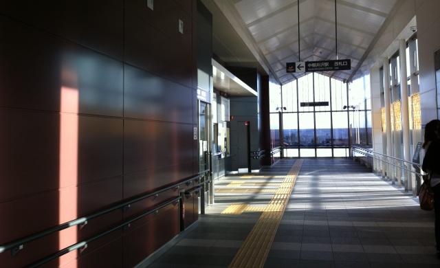 中軽井沢駅の通路と改札口